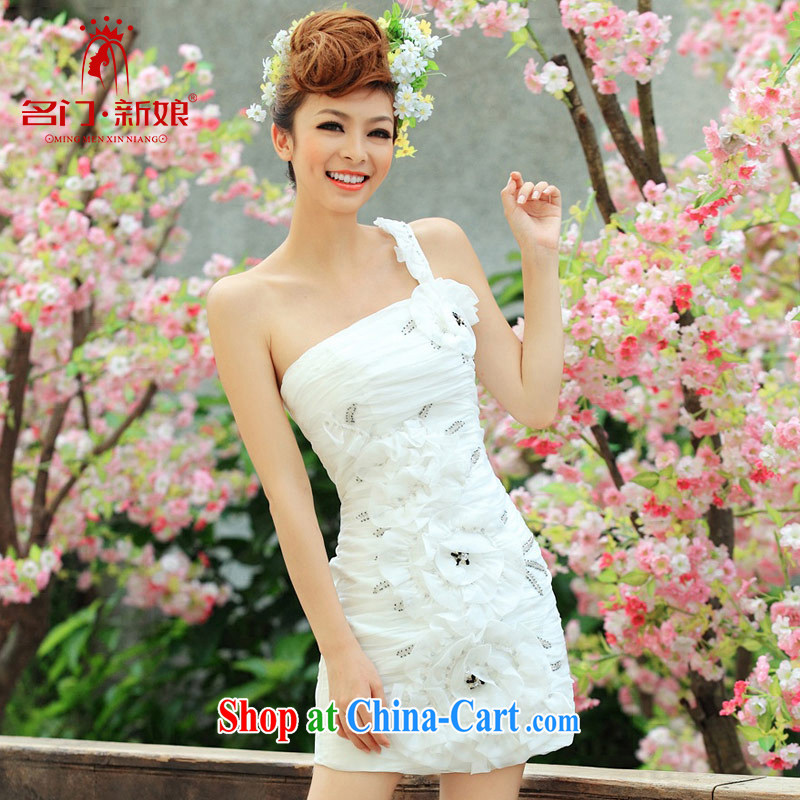 The bride's wedding toast serving dinner service bridesmaid bride serving small dress short single shoulder dress 247 M